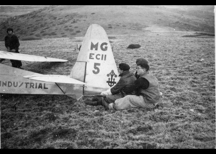 Estudiantes agarrando el planeador antes de volar